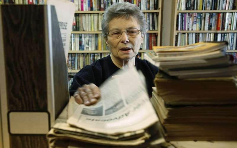 全鎮剩她一人!84歲阿嬤Hold住整個小鎮「身兼鎮長、酒保」一個人維持著整個小鎮的運轉!